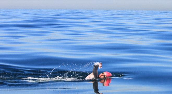 Nadadora de 16 anos é mais jovem brasileira a cruzar Canal da Mancha