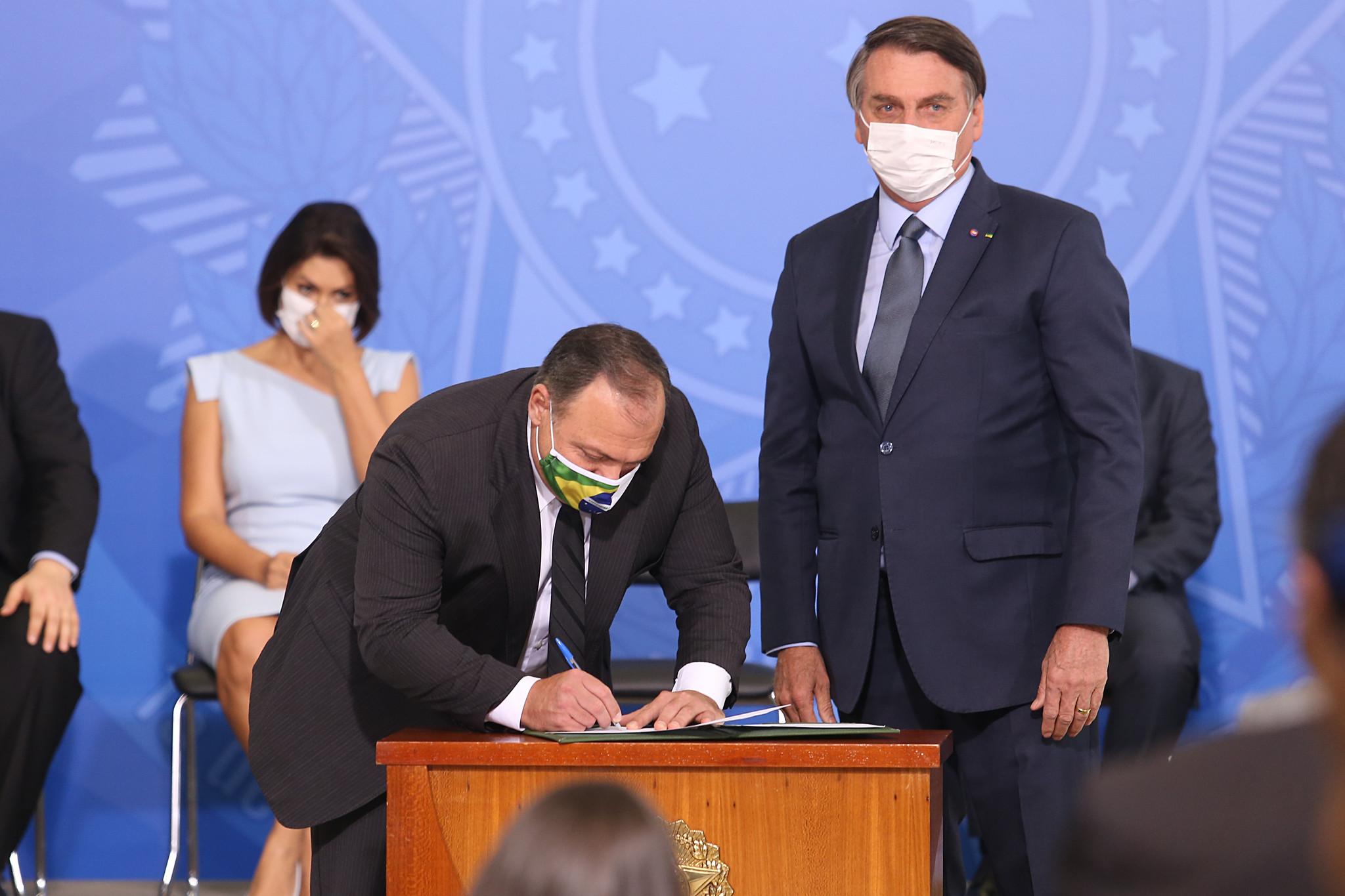 Brasil: Eduardo Pazuello toma posse como ministro da Saúde